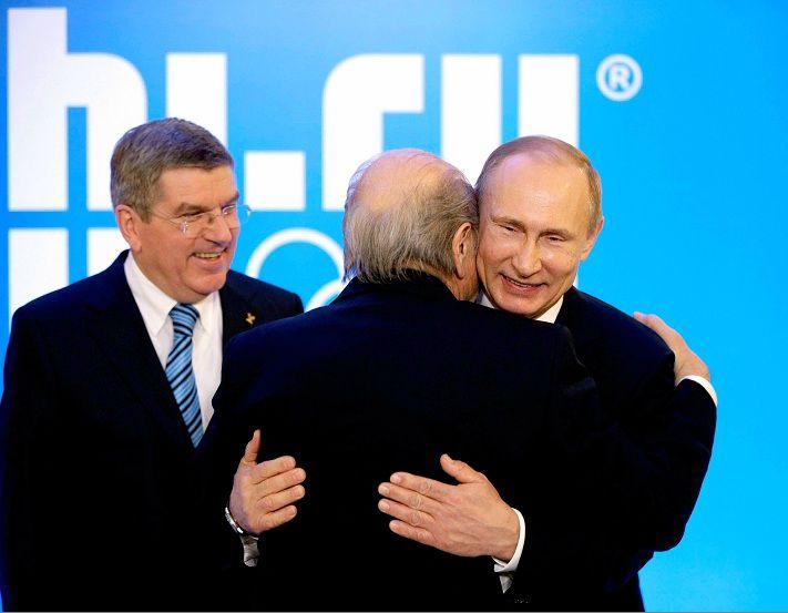 FIFA-voorzitter Sepp Blatter omhelst de Russische president Vladimir Poetin in Sotsji. Rusland organiseert in 2018 het WK Voetbal.