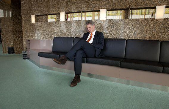Hero Brinkman op de bank achter de vergaderzaal tijdens de eerste vergadering van de Tweede kamer na zijn uittreden uit de PVV-fractie. Foto NRC / Maarten Hartman.