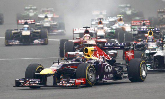 Sebastian Vettel leidt in de eerste bocht in de eerste ronde van de Grand Prix in India.