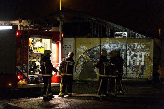 De brandweer ruimt op na het blussen van een brand in het clubhuis van een tafeltennisvereniging vannacht. Tijdens de werkzaamheden werd met vuurwerk gegooid naar de brandweer.