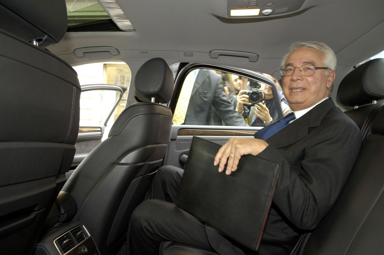 Cesare Geronzi, president-commissaris van Capitalia, bij het verlaten van het justitiekantoor in Parma, in 2005. Foto Bloomberg Capitalia SpA's Chairman Cesare Geronzi is seen leaving the magistracy office in Parma, Italy on Wednesday, September 21, 2005. The newspaper Il Sole/24 reported on September 17, 2005 that Geronzi was summoned by magistrates probing the collapse of the Italian dairy company Parmalat Finanziaria SpA. Photographer: Giuseppe Aresu/Bloomberg News