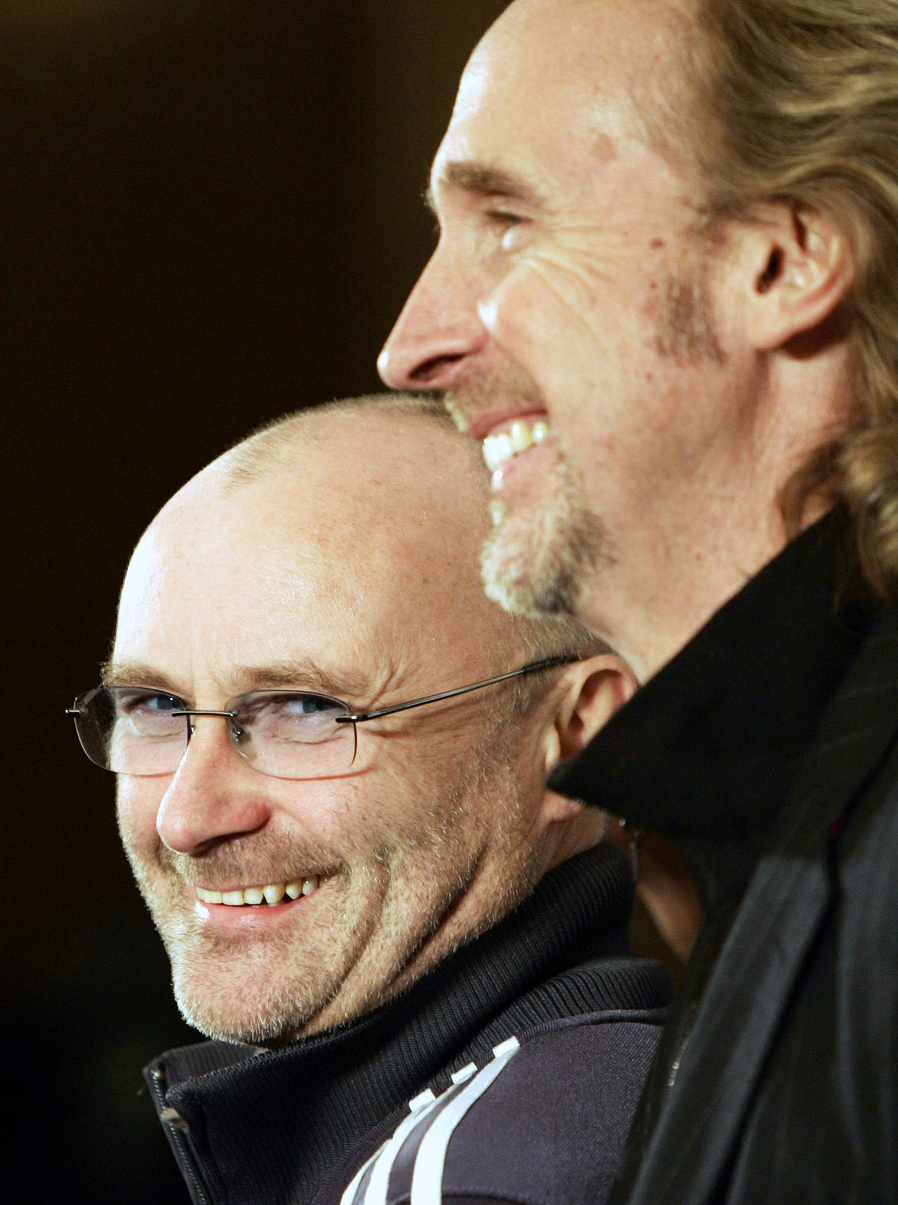 Beroemde fiscale vluchtelingen in Zwitserland: de zanger Phil Collins. Foto AP British rock band Genesis whose members Phil Collins, left, and Mike Rutherford as they announce tour dates after a 15 year break in London Tuesday Nov. 7, 2006. The band have announced a European tour starting in Helsinki, on June 11, and ending in Rome on July 14, with a total of 20 dates to play. (AP Photo/Alastair Grant)