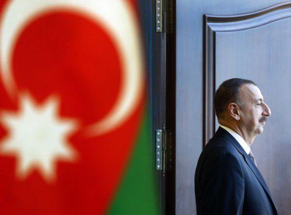 De Azerbajdzjaanse president Ilham Alijev verlaat een stemkantoor in hoofdstad Baku. Hij mag zich opmaken voor een derde termijn.