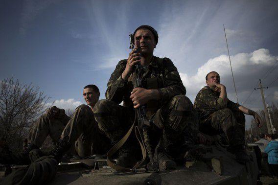 Oekraïense soldaten blokkeren met hun voertuig de weg bij de stad Kramatorsk.