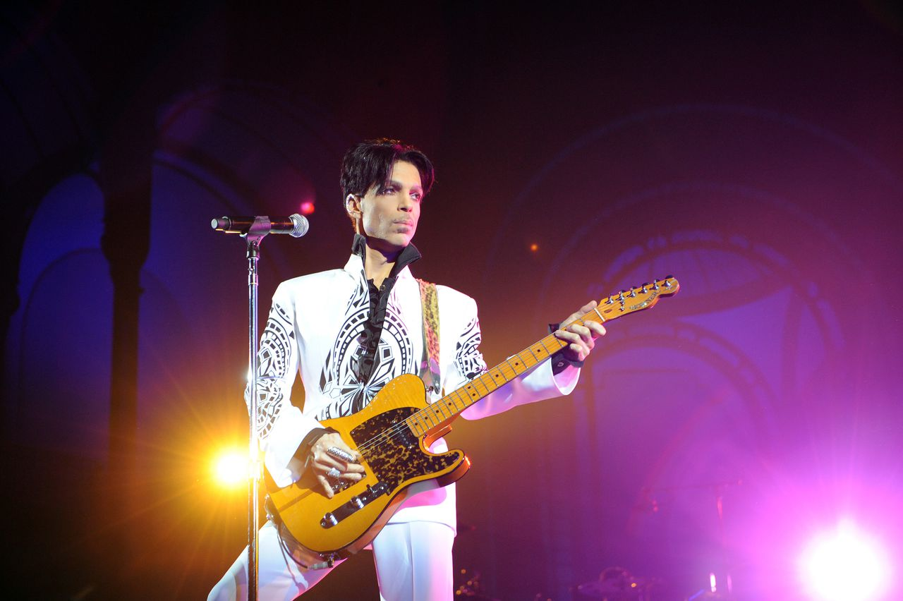 "US singer Prince performs on October 11, 2009 at the Grand Palais in Paris. Prince has decided to give two extra concerts at the Grand Palais titled ""All Day/All Night"" after he discovered the exhibition hall during Karl Lagerfeld's Chanel fashion show. AFP PHOTO BERTRAND GUAY"