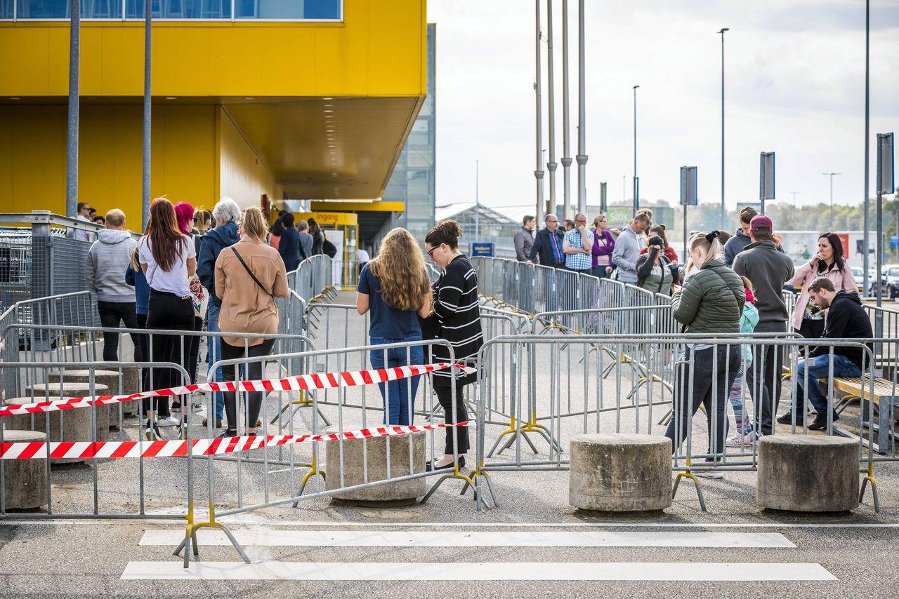 Lange rijen bij de Ikea in Heerlen op dinsdag 28 april, toen alle Ikea-vestigingen na een sluiting van zes weken weer opengingen.