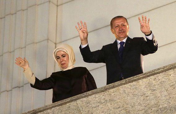 Premier Erdogan begroet samen met zijn vrouw zijn aanhangers na de verkiezingsoverwinning.