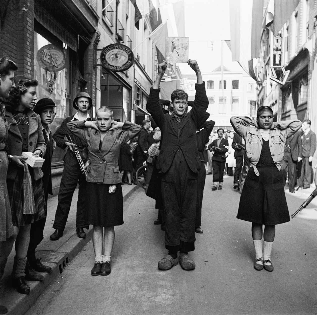 NSB'ers en kaalgeschoren 'moffenmeiden' op straat in Deventer, in april 1945.