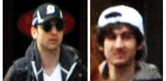 Foto's die de FBI afgelopen week vrijgaf van de twee verdachten. De man links is Tamerlan Tsarnaev, rechts zijn jongere broer Dzjochar.