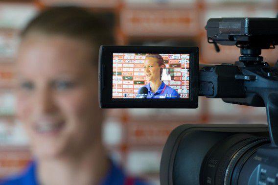 Mandy van den Berg in gesprek met de pers.