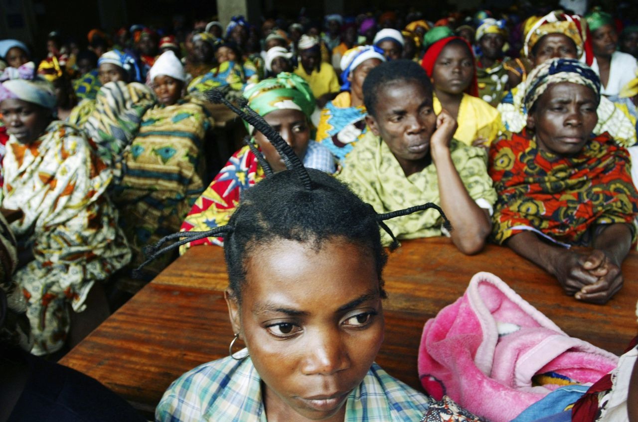 Female victims of sexual violence listen to UN humanitarian chief John Holmes during his tour of Panzi hospital in Bukavu, South Kivu province in eastern Congo, September 6, 2007. The hospital is where some 320 women are housed and treated for rape-related injuries and illnesses. REUTERS/James Akena(DEMOCRATIC REPUBLIC OF CONGO)