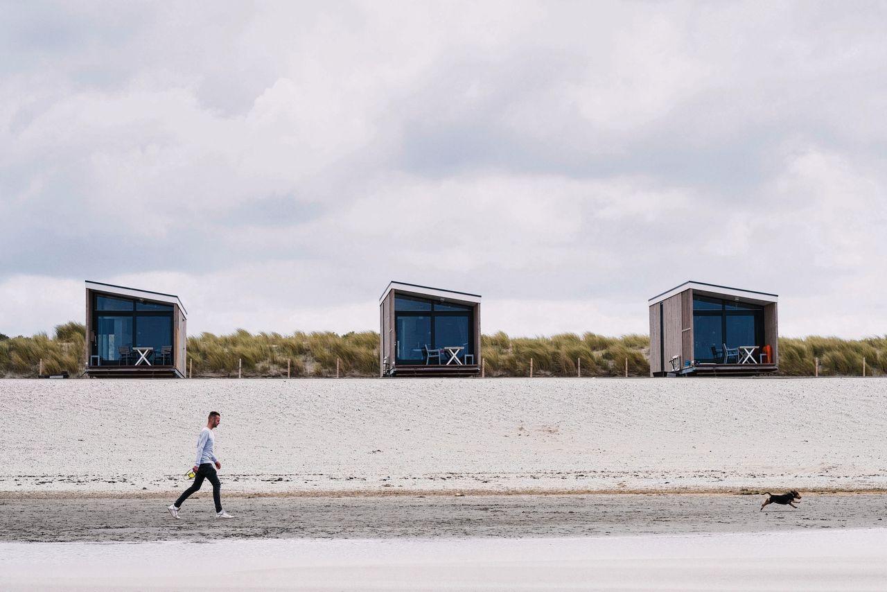 De nabijgelegen zeilschool Sailcenter 107 won een rechtszaak tegen de bouw van strandhuisjes in Kijkduin, maar VVD-wethouder Boudewijn Revis kreeg de vergunning alsnog rond.