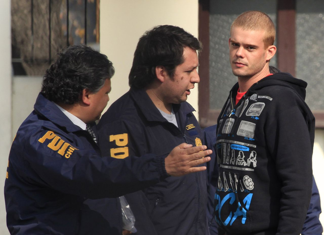 ** ALTERNATIVE CROP OF XRC101 ** Chile's investigative police detain Dutch citizen Joran van der Sloot, after being located in a neighborhood in Santiago, Thursday, June 3, 2010. Peruvian police had been seeking van der Sloot in connection with the May 30 killing of 21-year-old Peruvian woman Stephany Flores at a Lima hotel. Van der Sloot was previously arrested in the 2005 disappearance of U.S. teen Natalie Holloway, but later released by Dutch authorities. (AP Photo/Roberto Candia)