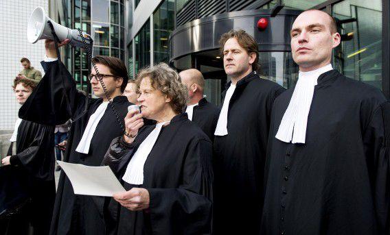 Advocate Benedicte Ficq (midden) bij de Amsterdamse rechtbank waar advocaten maandag demonstreerden tegen de bezuinigingsplannen van Justitie.