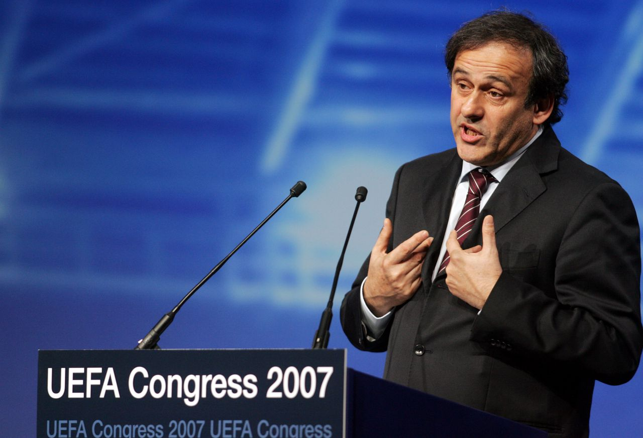 Michel Platini dankt de afgevaardigden na zijn uitverkiezing. Foto AP Newly elected UEFA President Michel Platini, France, says thank you to the delegates after his election at the UEFA congress in Duesseldorf, western Germany, Friday, Jan. 26, 2007. (AP Photo/Roberto Pfeil)