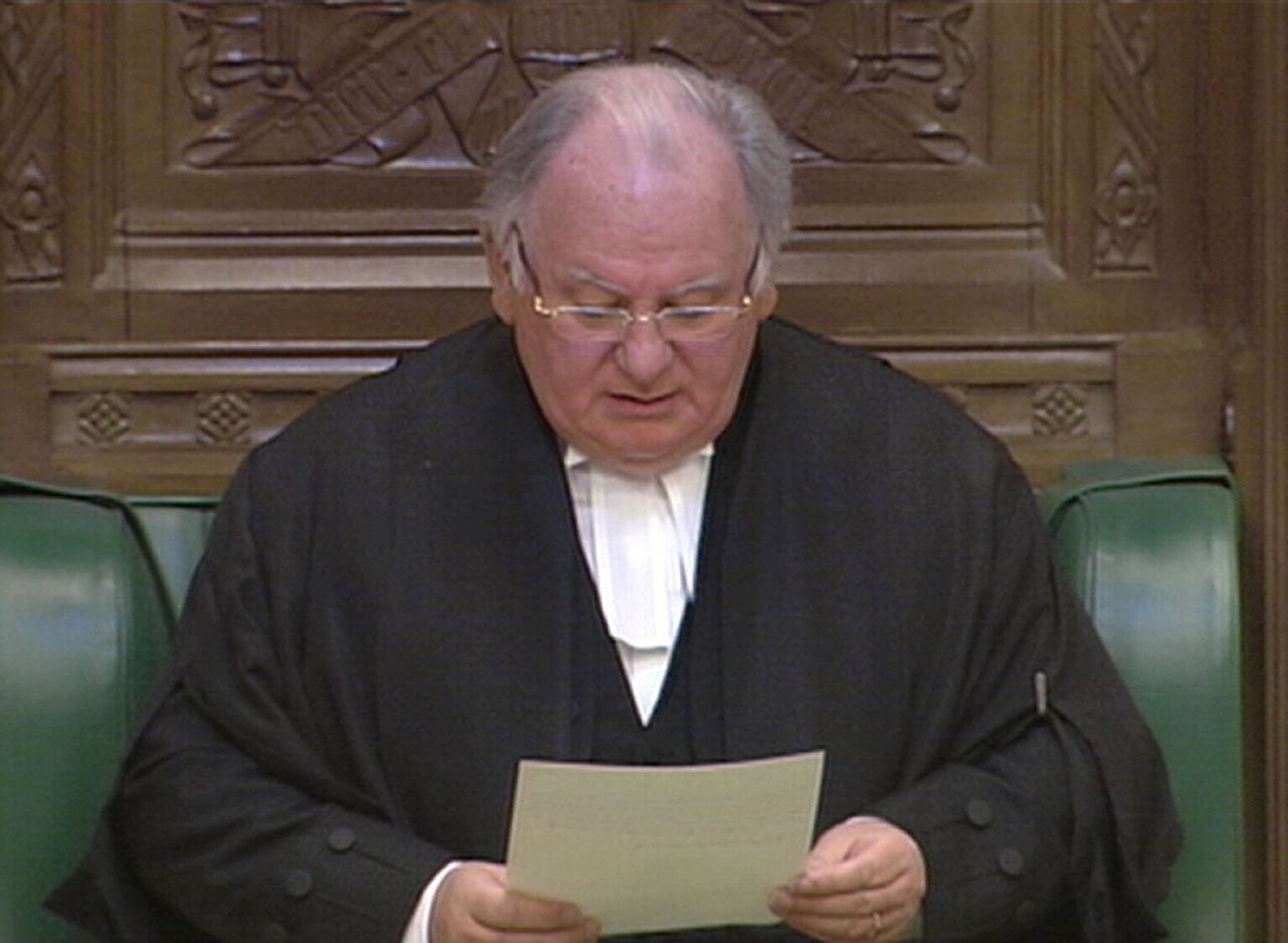 Brits parlementsvoorzitter Michael Martin tijdens de toespraak waarin hij aankondigde af te treden. (Foto AFP) A TV grab obtained from the Parliamentary Recording Unit in London shows Speaker of the House of Commons Michael Martin addressing the House of Commons as he announces his resignation on May 19, 2009. The speaker of the House of Commons said he would quit his job Tuesday after days of intense pressure over an MPs' expenses scandal which has plunged Britain into its worst political crisis for years. Michael Martin became the first person to resign from the prestigious post since 1695 after losing moral authority among lawmakers, 23 of whom had signed a motion of no confidence in him. AFP PHOTO/Parliamentary Recording Unit NO SALES/RESTRICTED TO EDITORIAL USE/GETTY OUT