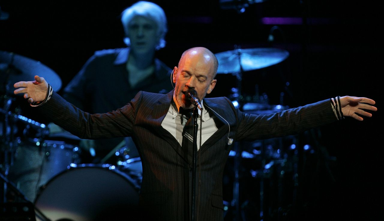 Michael Stipe vande band R.E.M. foto AP Michael Stipe of the band R.E.M. performs on stage at the Royal Albert Hall in London, Monday March 24, 2008. (AP Photo/Alastair Grant)