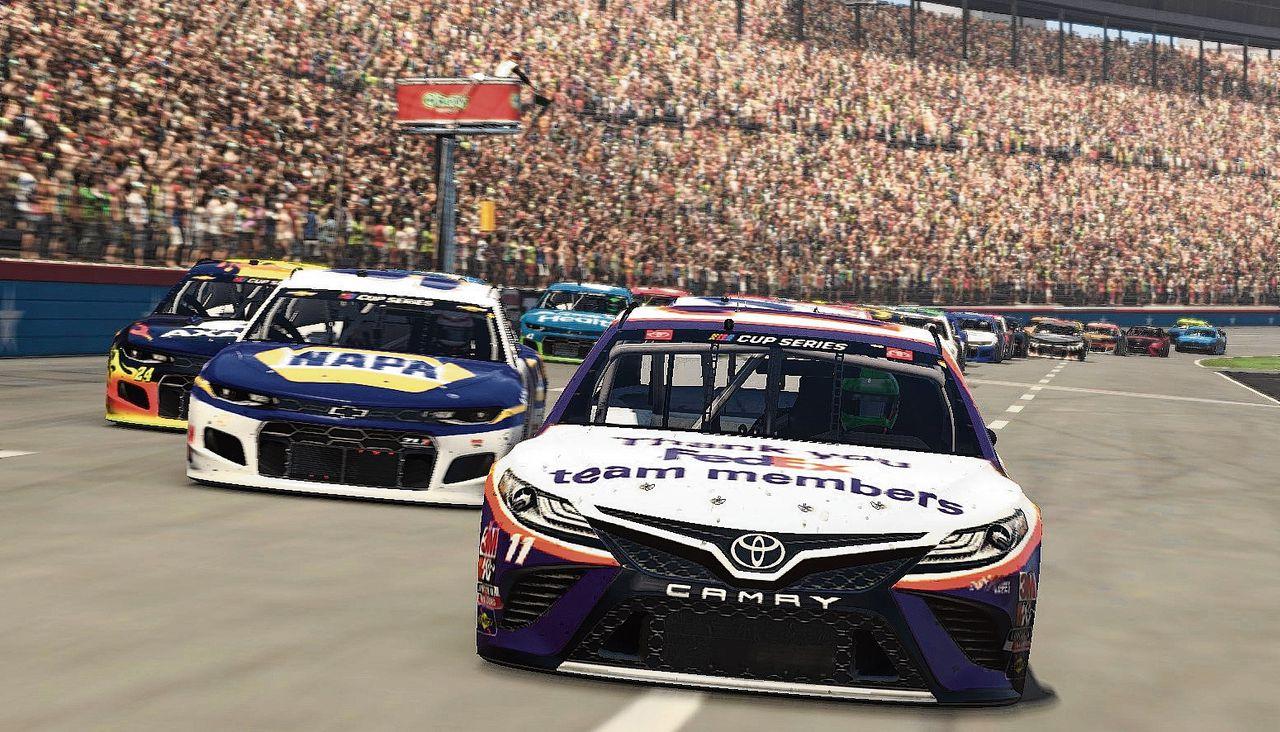 De virtuele auto van Denny Hamlin zondag tijdens de gesimuleerde NASCAR-race op de Texas Motor Speedway.