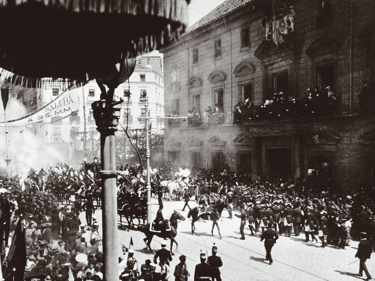 Spain (1906). Attack against Alfonso XIII and Victoria Eugenia on their wedding day. Bomb thrown from a balcony by the Anarchist Mateu Morral against the nuptial procession in the street Mayor of Madrid when they were going to the Royal Palace from San Je. Photography.