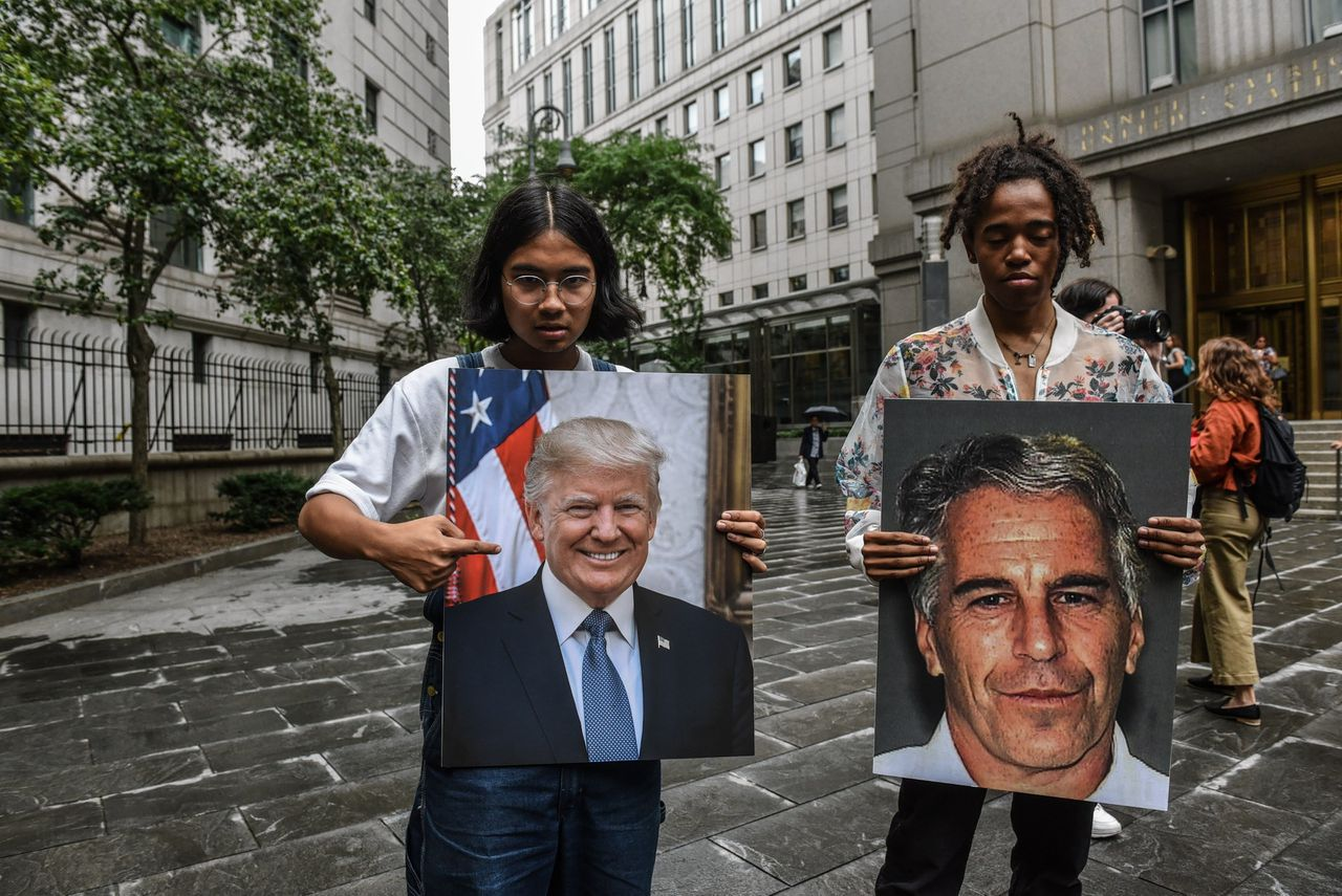 Demonstranten in New York met foto's van Jeffrey Epstein en president Donald Trump.