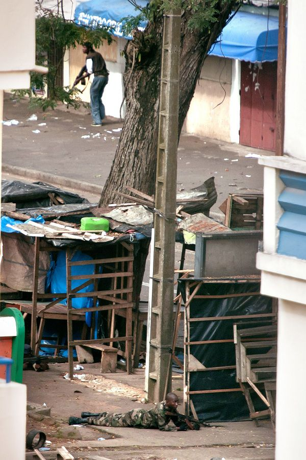 Forces loyal to internationally recognized Ivory Coast President Alassane Ouattara attack the Presidential Palace, on April 1, 2011 in the Plateau district of Abidjan. Elite troops loyal to under-fire Ivory Coast strongman Laurent Gbagbo battled his rival's army in the heart of Abidjan Friday, as he faces violent removal if he fails to relinquish the presidency. Internationally recognised president Alassane Ouattara's forces entered the economic capital on Thursday, hoping a cornered and increasingly isolated Gbagbo would hand over power, warning he faced a bloodbath if he did not. AFP PHOTO / JEAN-PHILIPPE KSIAZEK