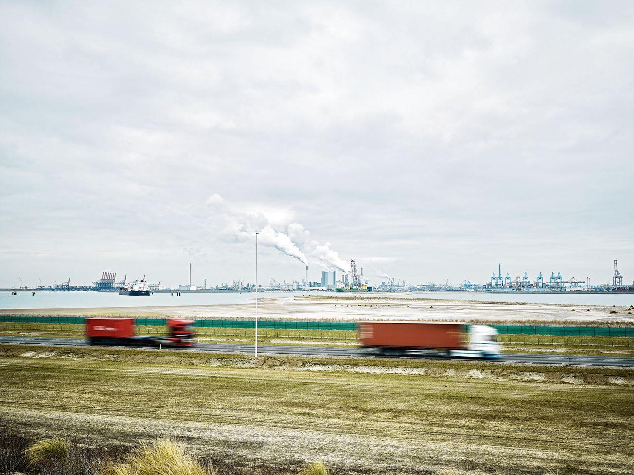 Tweede Maasvlakte in Rotterdam. Er wordt steeds meer cocaïne via de havens van Antwerpen en Rotterdam gesmokkeld.