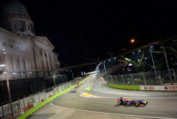 Sebastian Vettel (rechts) aan de leiding in de GP van Singapore.