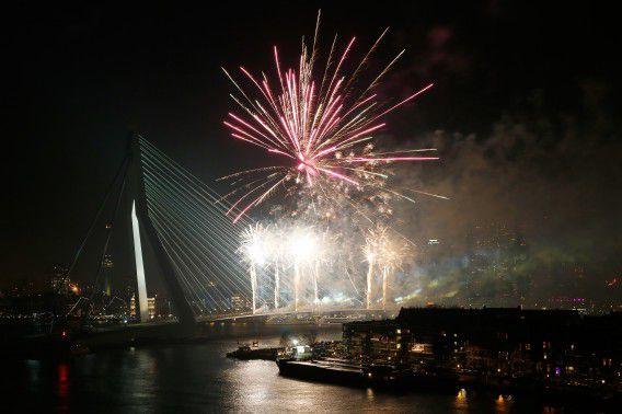 Vuurwerk luidt 2015 in bij de Erasmusbrug in Rotterdam.