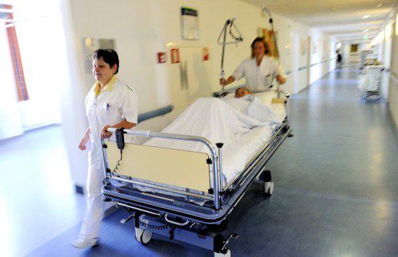 Het Rotterdamse Ikazia Ziekenhuis. PvdA en VVD zijn het eens over een lager budget in de zorg.