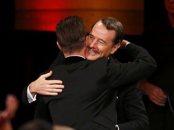 """Aaron Paul (L) wordt gefeliciteerd door """"Breaking Bad""""-collega Bryan Cranston voor het winnen van een Emmy Award."""