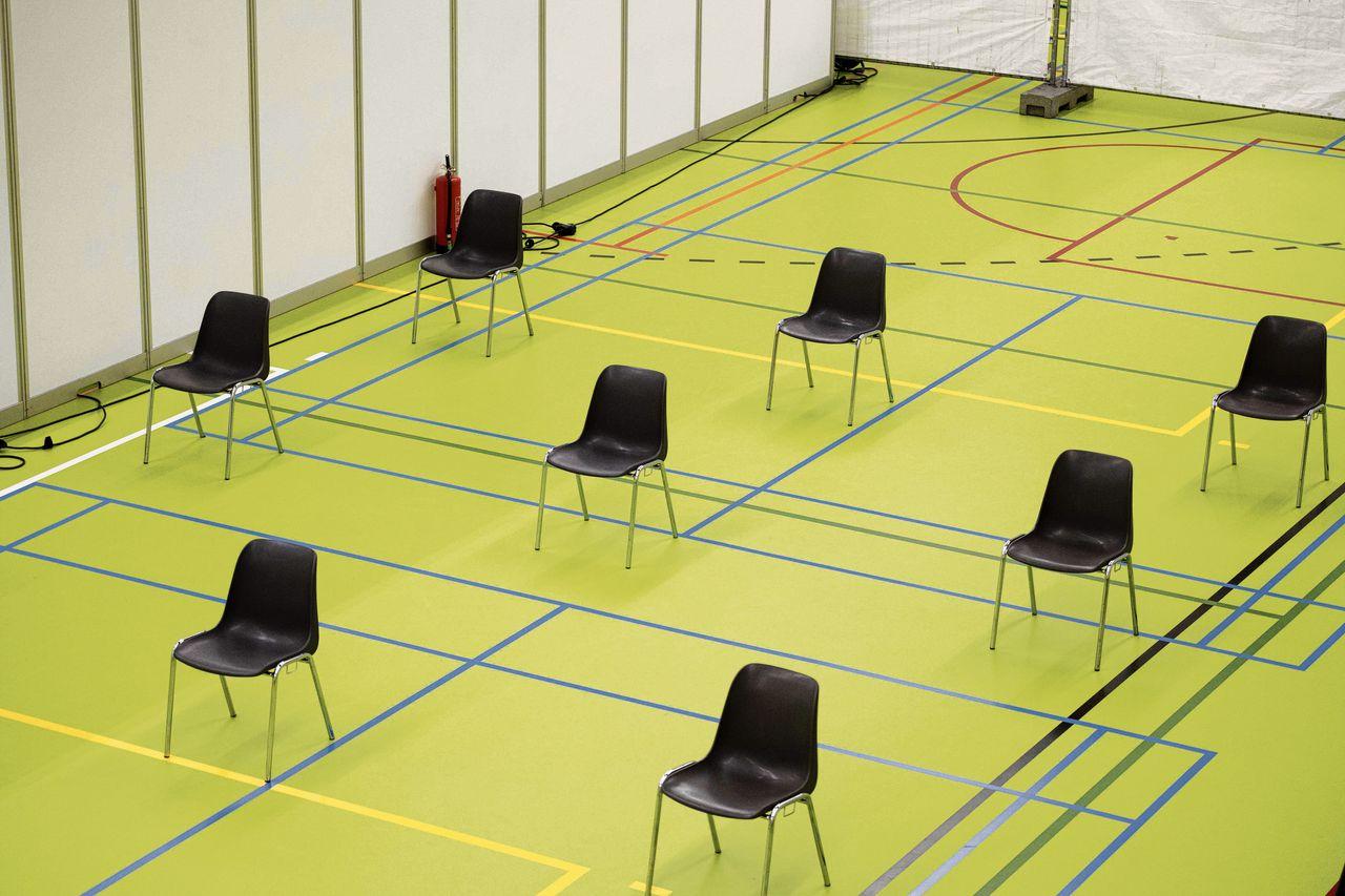 Een tijdelijke huisartsenpost voor de opvang van patiënten met griep- en coronaverschijnselen in een sportcentrum in Koog aan de Zaan.