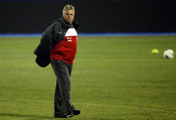 Turkey national soccer team coach Guus Hiddink watches as players warm up during a training session at Maksimir stadium in Zagreb November 14, 2011. Turkey will play against Croatia in their Euro 2012 playoff qualifying soccer match on November 15. REUTERS/Nikola Solic (CROATIA - Tags: SPORT SOCCER)