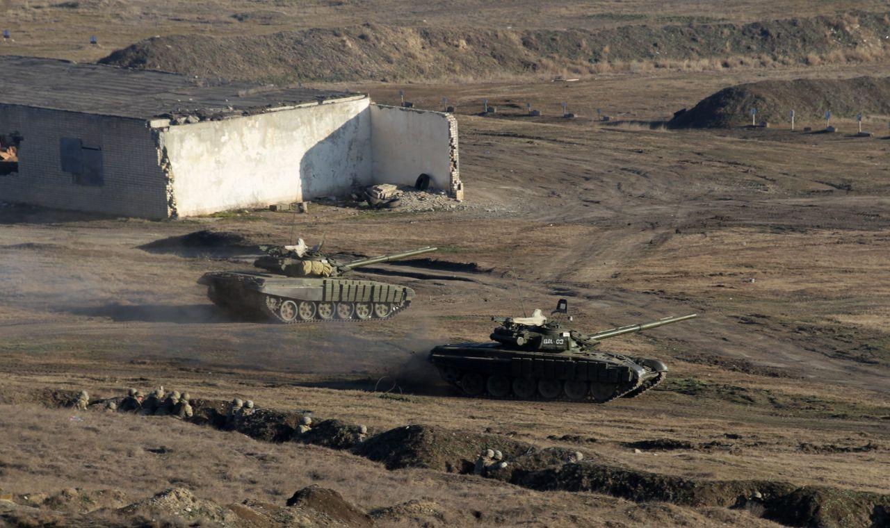 Tanks van het Georgische leger tijdens een militaire oefening vandaag. Plaatsvervangend NAVO-chef Alexander Vershbow was op bezoek in het land en zei te hopen dat een trainingscentrum van de NAVO in het land voor het einde van het jaar gerealiseerd kan worden.