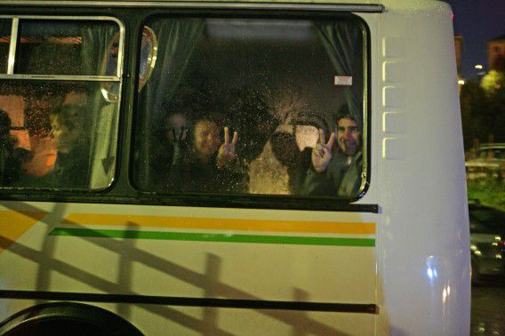 De activisten van Greenpeace terwijl ze arriveren in Moermansk bij het politiebureau eerder deze week.