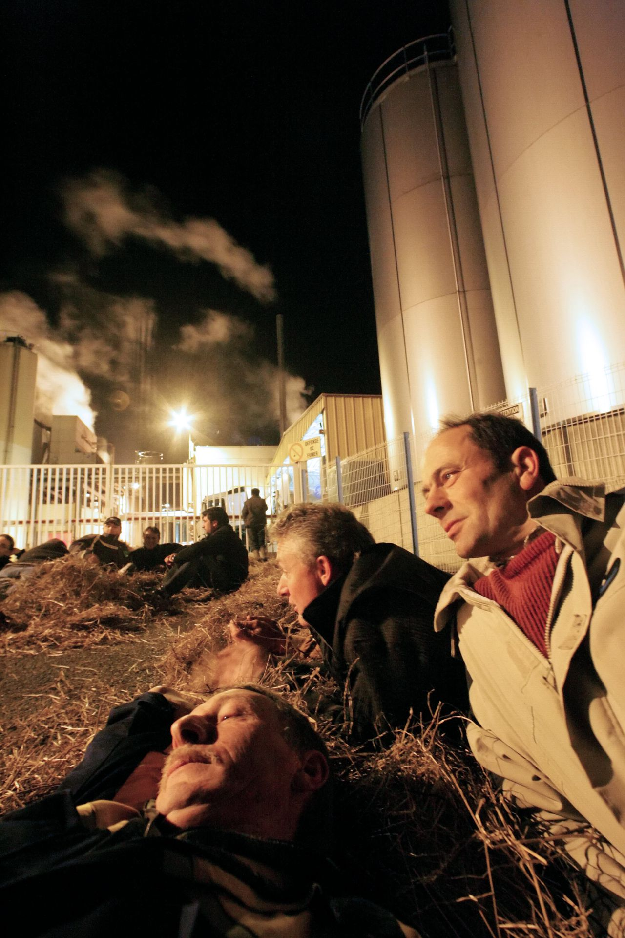 Melkboeren blokkeerden gisteren melkfabrieken in het Franse Savigne-l'Eveque, uit protest tegen verlaging van de melkprijs. Foto AFP Some dairy farmers block the entrance of the Novandie dairy industry in Savigne-l'Eveque, western France, on November 20, 2008 to protest against the decrease of the retail selling price of milk. European Union nations sealed an agreement today to revamp their farm support policy with increases in milk quotas and cuts in subsidies for production. The compromise was thrashed out through the night by the bloc's 27 farm ministers after some 18 hours of negotiations in Brussels. AFP PHOTO JEAN FRANCOIS MONIER