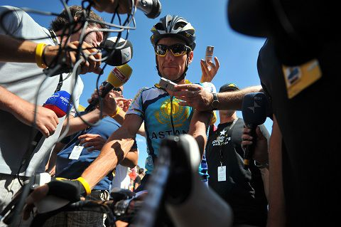 Lance Armstrong omringd door journalisten in 2009, tijdens de Tour de France. Foto AFP / Lionel Bonaventure