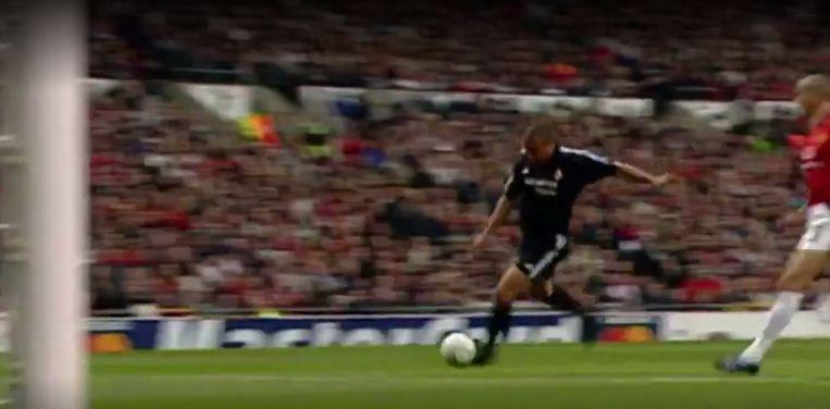 Ronaldo scoort één van z'n drie goals tegen Manchester United in 2003.