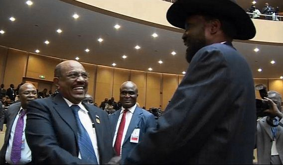 Omar al-Bashir, de president van Soedan, schudt de hand van de Zuid-Soedanese president Salva Kiir tijdens een top van de Afrikaanse UnieHet was de eerste keer dat de twee presidenten elkaar spraken sinds een grensconflict in april bijna leidde tot een oorlog.