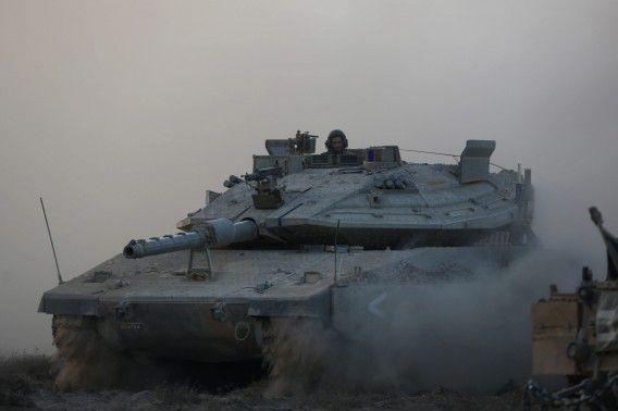 Een Israëlische tank neemt positie in bij de grens met Gaza.