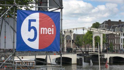 Het drijvend podium op de Amstel in Amsterdam, tussen de Magere Brug en het Koninklijk Theater Carré, waarop het 5 mei-concert plaatsvindt.