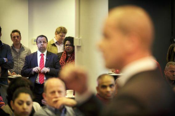 DEN HAAG - PvdA-lid Sander Terphuis luistert naar Diederik Samsom. PvdA-leider Diederik Samsom tijdens de PvdA-ledenbijeenkomst in Den Haag over de strafbaarheidstelling van illegalen.