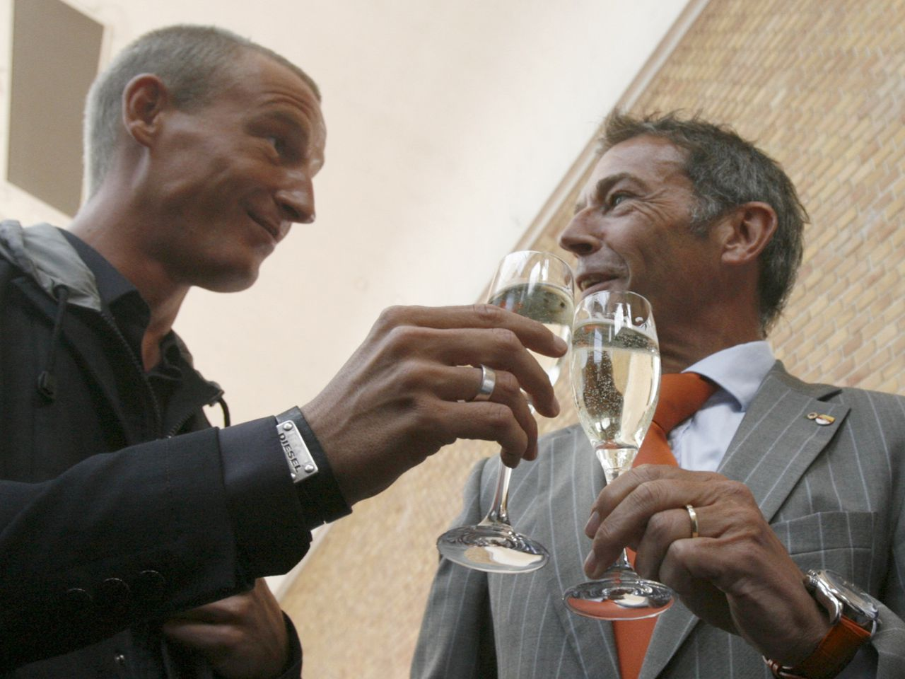 Jörg Haider en zijn woordvoerder Stefan Petzner in september Foto Reuters Leader of Buendnis Zukunft Oesterreich (BZOe) party (Alliance for Austria's future) Joerg Haider (R) and his spokesman Stefan Petzner toast after a news conference in Vienna this September 8, 2008 file photo. Prominent Austrian far-right politician Haider was over the legal drinking limit when he died in a high-speed crash in his car at the weekend, a party official said october 15, 2008. Haider, 58, was killed in the early hours of Saturday when the car he was driving at 142 kmh (88 mph), around twice the speed limit, crashed off a road in the southern province of Carinthia, where he served as governor. REUTERS/Heinz-Peter Bader/Files (AUSTRIA)