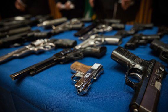 De gevonden wapens werden door de politie tentoongesteld.