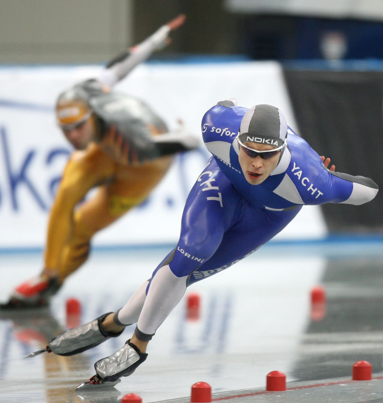 """Pekka Koskela: """"Als ik goed schaats, eindig ik in de top."""" Foto AFP Pekka Koskela of Finland (R) leads against Canadian Francois Olivier Roberge in a race of the men's 1,000m division A at the World Cup Speed Skating in Nagano, 09 December 2006. Koskela won the event with a time of 1:09.41 seconds. AFP PHOTO / KAZUHIRO NOGI"""