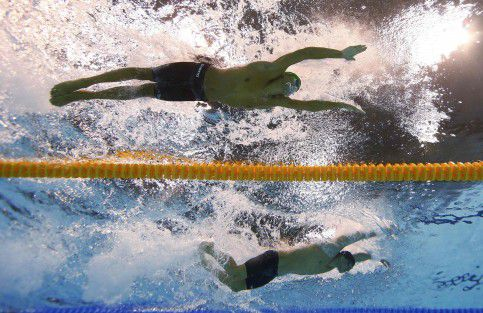South Africa's Chad le Clos (top) and Michael Phelps of the U.S. swim in the men's 200m butterfly final during the London 2012 Olympic Games at the Aquatics Centre July 31, 2012. Clos won the race while Phelps was second. REUTERS/Michael Dalder (BRITAIN - Tags: SPORT SWIMMING OLYMPICS)