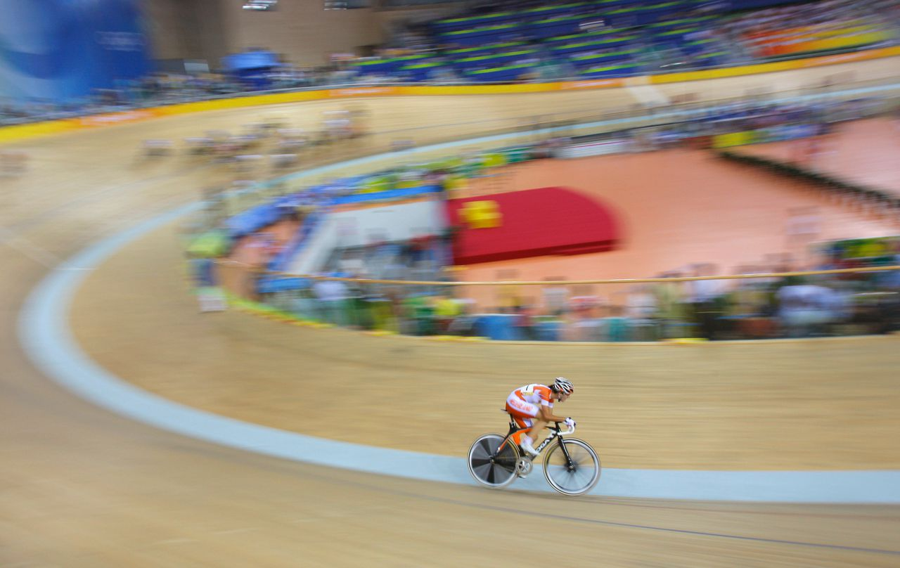 Nog dertig van de honderd ronden: Marianne Vos zet de beslissende aanval in. (Foto AP) Dutch cyclist Marianne Vos pedals on her way to winning the gold medal in the Track Cycling Women's Points race, at the Beijing 2008 Olympics in Beijing, Monday, Aug. 18, 2008. (AP Photo/Christophe Ena)