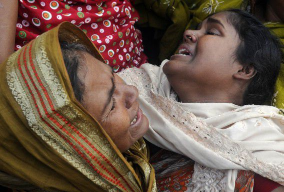 Relatives of victims react at the Diamond Harbour hospital, after dozens died and many injured drinking boot-leg liquor in a village some 65 kms south of Kolkata, on December 15, 2011. A batch of home-brewed liquor possibly laced with a lethal dose of the highly toxic chemical methanol has killed more than 100 people in eastern India, an official told AFP. AFP PHOTO/Dibyangshu SARKAR