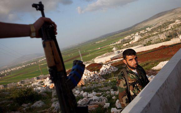 Een rebel van het Vrije Syrische Leger in Sarmada in het noordwesten van Syrië.