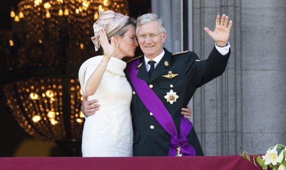 Koning Filip en koningin Mathilde groeten de bevolking vanaf het balkon van het Koninklijk Paleis.