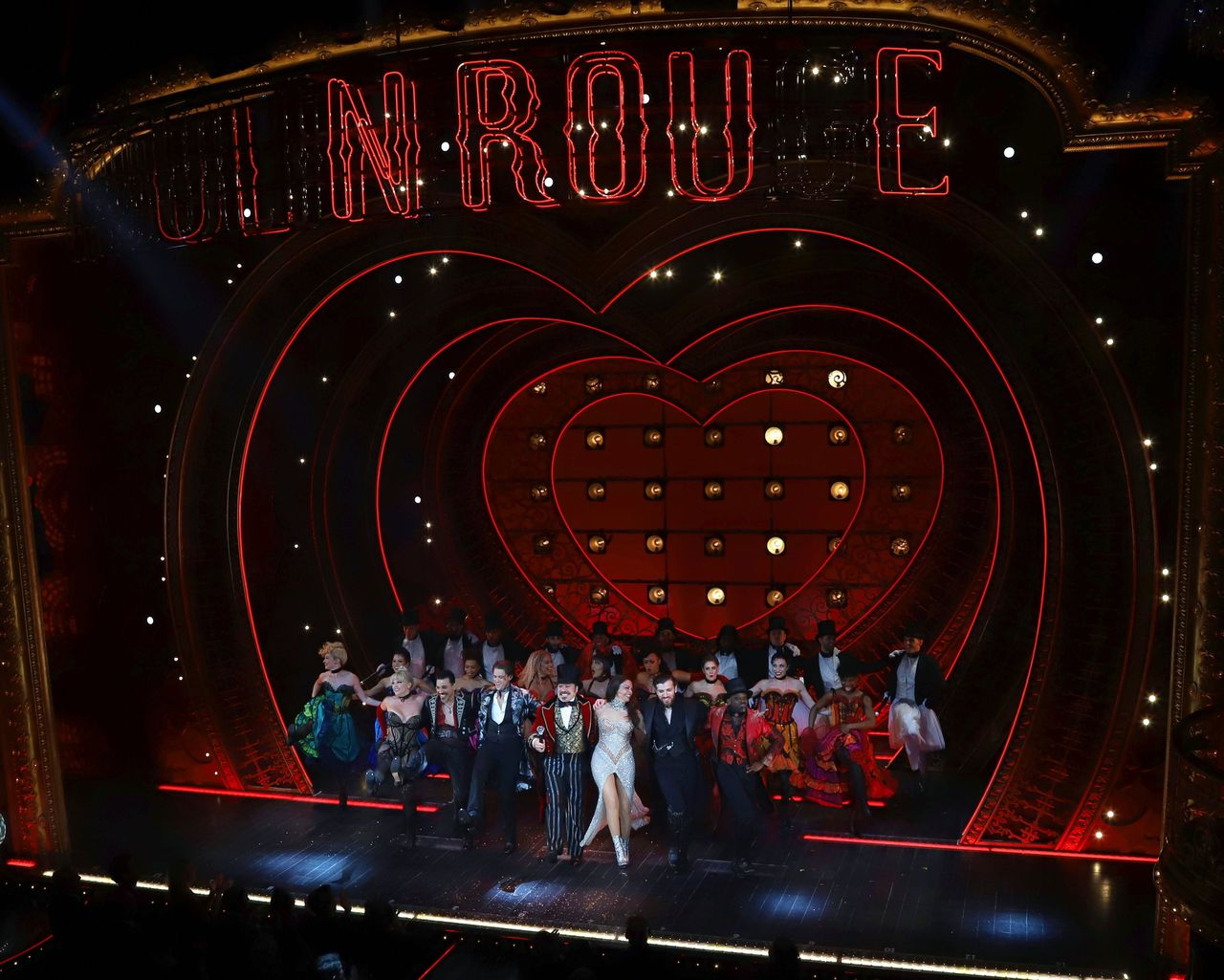 De cast van 'Moulin Rouge! The Musical' in het Al Hirschfeld Theatre in New York na de première op 25 juli.